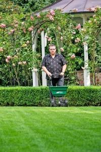 Mit speziellen Kalkprodukten für den Rasen lässt sich der pH-Wert schnell und wirksam regulieren. Foto: djd/Deutsche CUXIN Marketing GmbH
