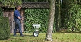 Gerade zum Herbst braucht der Rasen nochmals einige Pflegeeinheiten, um gut durch die kalte Jahreszeit zu kommen. Foto: djd/DCM - Deutsche CUXIN Marketing GmbH