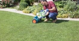 Rasenpflege auf bequeme Weise: Langzeitdünger versorgen den grünen Teppich im Garten über mehrere Monate mit allem, was er braucht. Foto: djd/Compo