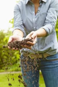 Sand, Humus, Nährstoffe und Bodenorganismus lassen sich heute in nur einem Arbeitsgang ausbringen. Foto: djd/Floragard Vertriebs-GmbH, Oldenburg